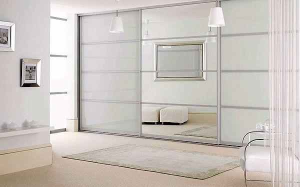 Sliderobes fitted wardrobe in gloss white with mirrored sliding doors