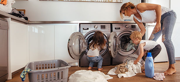 Family-sorting-washing