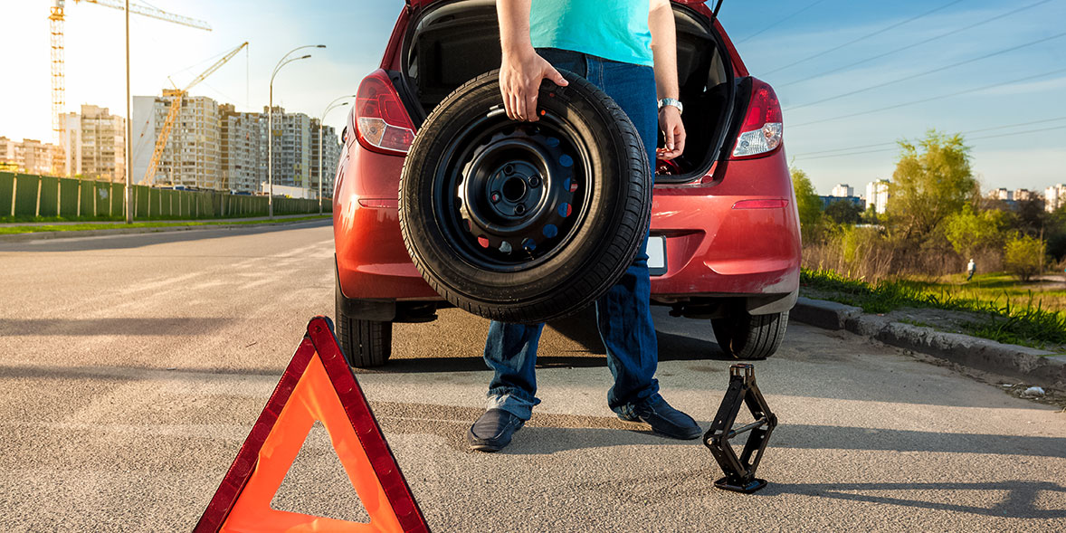 Changing a car tyre