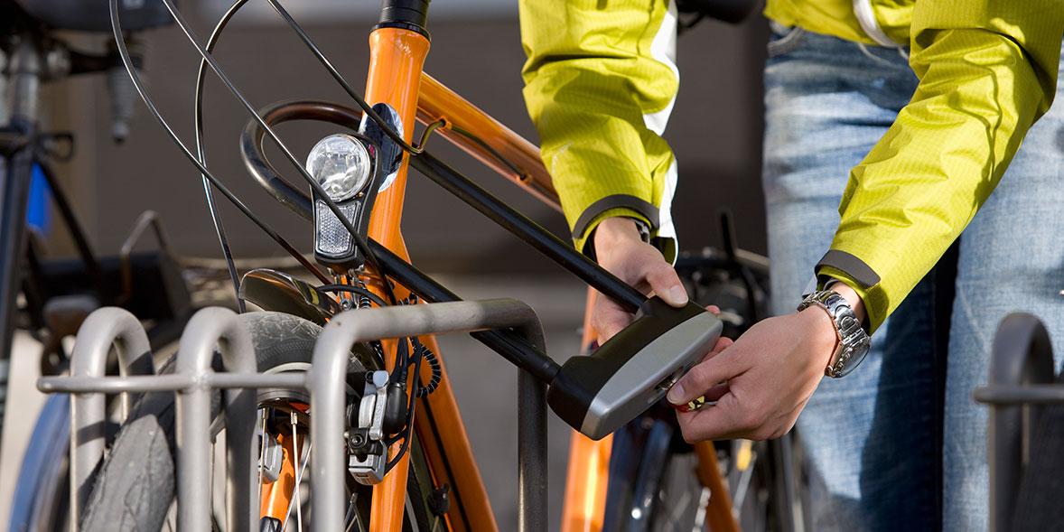 cyclist locking bike with u-lock