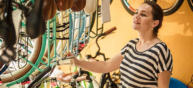 Browsing bike store 487682