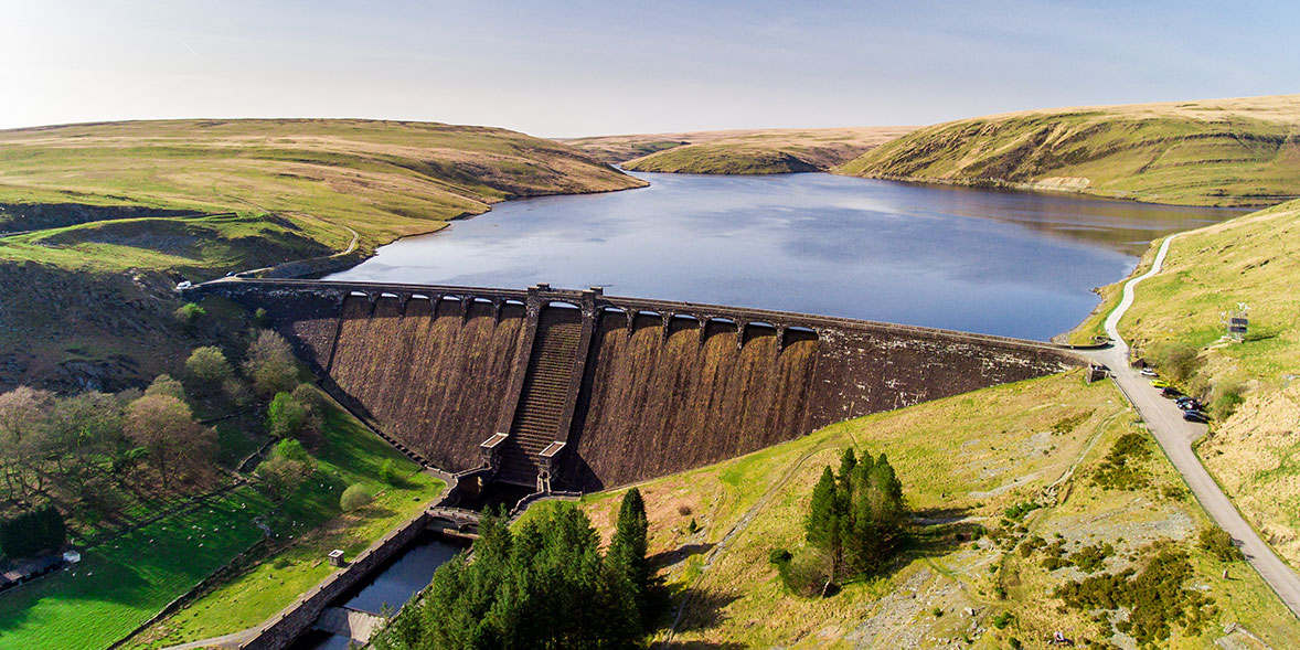Hydroelectric dam with a reservoir behind