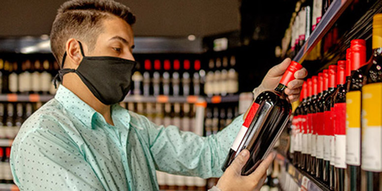 Person buying wine in a shop