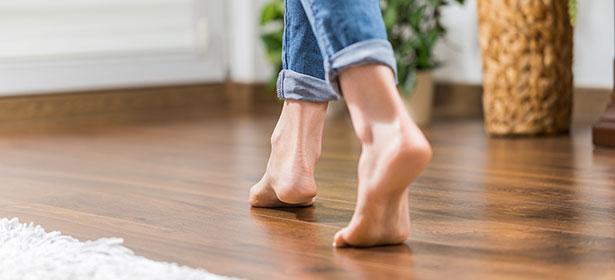 脚在温暖的地板上,地板下采暖478037