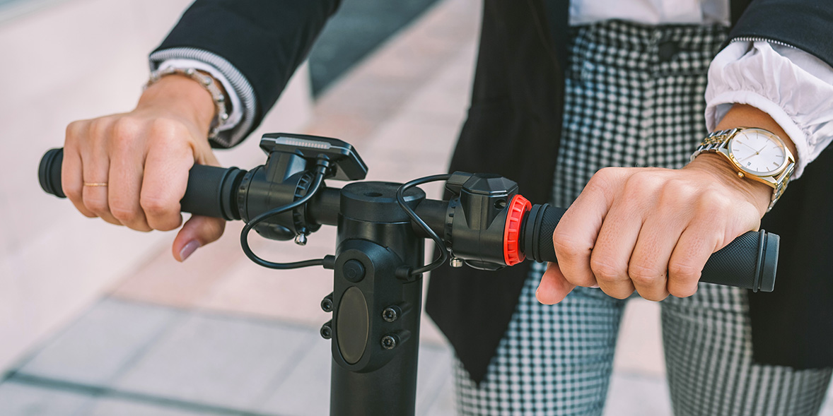 Electric scooter handlebars