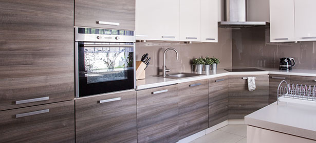 Wood-effect kitchen units with a built-in oven